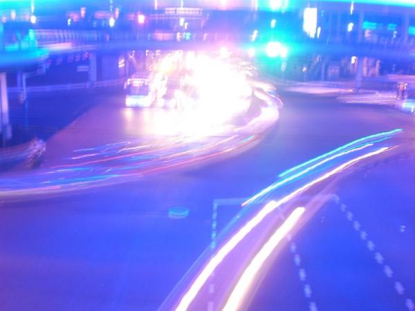 Typischer Verkehr in Shanghai bei Nacht