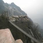Eine Hängebrücke in den Bergen