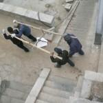 Chinesische Arbeitsmethoden auf einer Baustelle in den Bergen