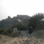 Tempel-Bewohner telefoniert auf dem Gipfel