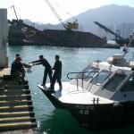 Polizei-Boot holt sich Essen