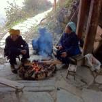 Frauen machen Feuer in Pingan