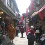 Menschen in einer Gasse in Zhujiajiao