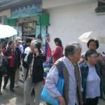 Alte aber fitte Chinesinnen mit Sonnenschirmen