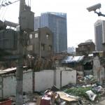 Neben modernen Hotels lagen verwahrloste und zugemüllte Gebäude