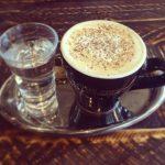Kaffee mit schwarzem Pfeffer
