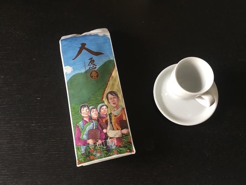 Leckerer Kaffee aus der chinesischen Provinz Yunnan in einer farbenfrohen Packung